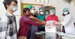 নাচোল হাসপাতালে  কুয়েট শিক্ষার্থীদের ফেসশিল্ড প্রদান