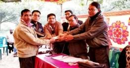 ভোলাহাটে অটো মালিক ও চালকদের মাঝে সঞ্চয়ী টাকা প্রদান