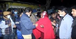 চাঁপাইনবাবগঞ্জে রাতের আধারে কম্বল বিতরণ ডিসির