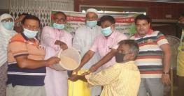 চাঁপাইনবাবগঞ্জ পৌরসভার উদ্যোগে চাল বিতরণ