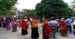 চাঁপাইনবাবগঞ্জে বারঘরিয়া ইউনিয়নে খাদ্যশস্য বিরতণ করলেন ইউএনও