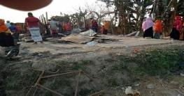 চাঁপাইয়ে পুড়ে যাওয়া পরিবারকে উপজেলা প্রশাসনের সহায়তা