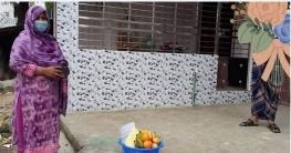 নাচোলে করোনা রোগীদের বাড়ি ফল পৌঁছে দিলেন ইউএনও